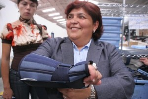 La gerente de DeRoyal para Guatemala, nos muestra parte de los equipos manufacturados en la nueva planta.  Fotografía: Robin Martìnez/CGN