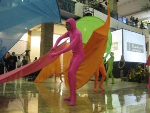 Para un comercial vistoso, una inauguraciòn vistosa con arte y colores.  Fotografía: Sandra Orellana/CGN
