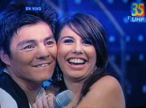Pareciendo saber de su clasificación a la final, Fabiola abraza a el Travieso.  Fotografìa: CGN/Imágenes de transmisiòn de TV Azteca Guatemala.