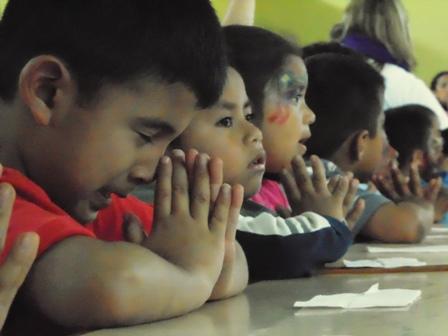 """Los pequeños de la casa hogar """"La Virgen del Camino"""" recibieron un donativo especial de víveres, utensilios de limpieza y útiles escolares, por parte de la AmCham.  Fotografía: Robin Martínez/CGN"""