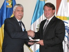 Roberto Mazariegos, representante del Intecap, entrega el proyecto final a Pedro Pablo Duchez, Director del Inguat.  Fotografía: Robin Martínez/CGN