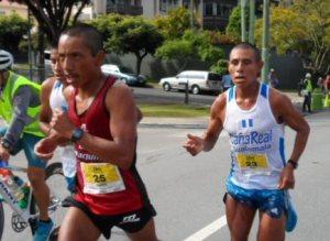 LA MIRADA de Marvin Pasa (de rojo) muestra la concentración que llevaba en la carrera.  José Caal corre al extremo derecho de la foto y Mario Pacay se ve atrás de Pasa.  Foto: Robin Martínez/CGN
