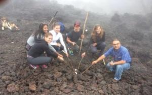 Los periodistas asaron Mashmellows en su visita al volcán de Pacaya.