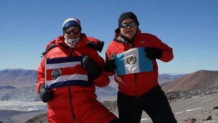 El guatemalteco Jaime Viñals y Warner Rojas, de Costa Rica, portan orgullosos sus banderas en la cima del Incahuasi, el quinto volcán de los diez más altos del mundo que buscan escalar.